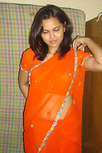 Horny Indian Bhabhi Mehwish Posing Hot Saree