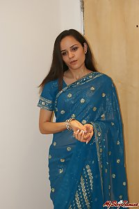 Indian Babe Jasmine In Sari Showing Off