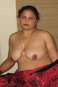 Indian Aunty Shakuntala Exposing Huge Boobs